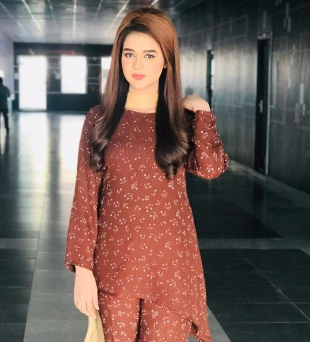 Aisha Yousaf Biography, Wiki, Age, Measurements, Family, Facts (Pakistani Anchor & Host)